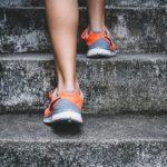 手の力を最大限活用して階段を楽に上がる方法